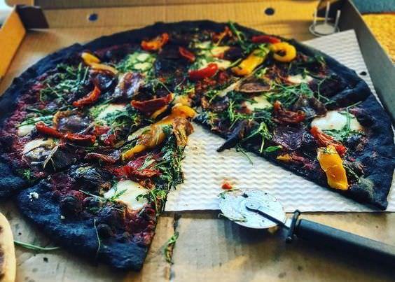 не традиционная черная пицца