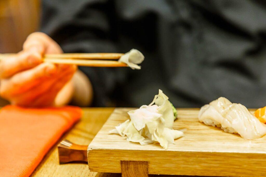 Как едят имбирь с суши